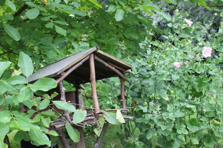 La maison des oiseaux dans les jardins de la Posterie à Courcelles.